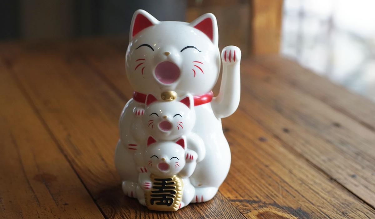 I Maneki Neko sono delle riproduzioni di teneri gattini giapponesi